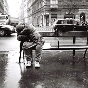Obdachloser auf einer Bank